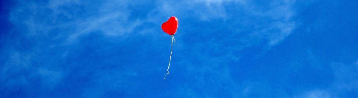 Ballon en forme de cœur dans un ciel bleu