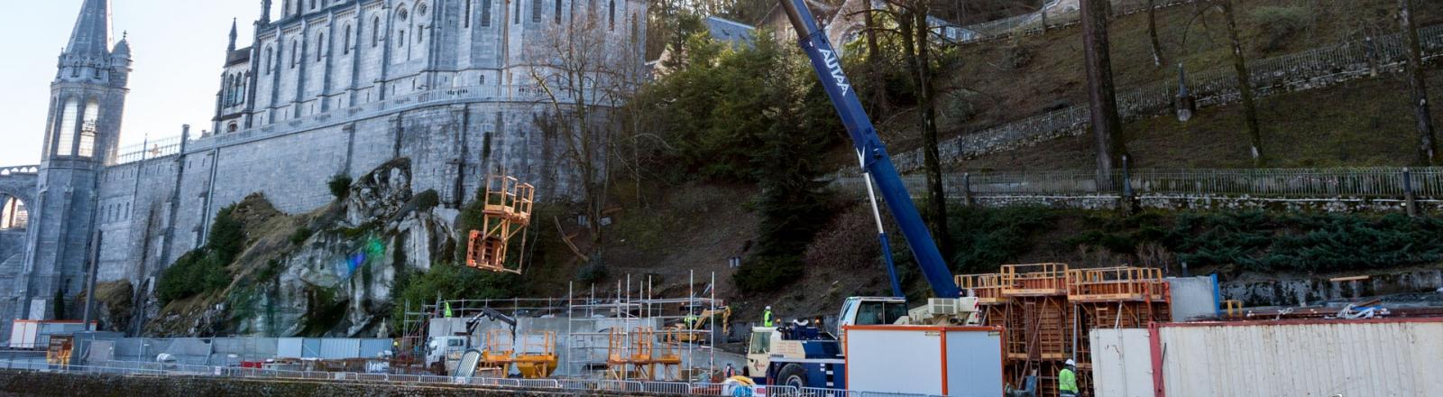 Lancé à l'hiver 2014, le Projet Grotte Cœur de Lourdes a été inauguré le 4 avril 2018, après quatre années de travaux qui auront profondément transformé l'espace de la Grotte, des arcades jusqu'aux piscines.