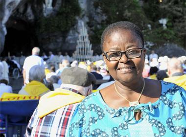Une voix réveille Sali  : « Lève-toi ! Va à Lourdes ! »