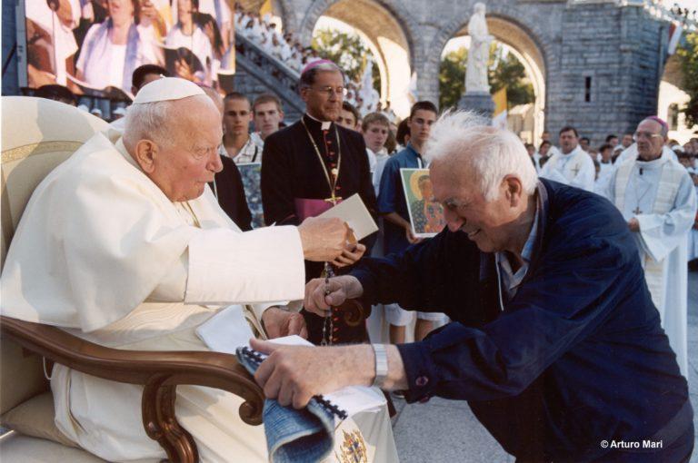 7-14-15-08-2004 Pape à Lourdes avec Jean Vanier2(OR-Arturo Mari)