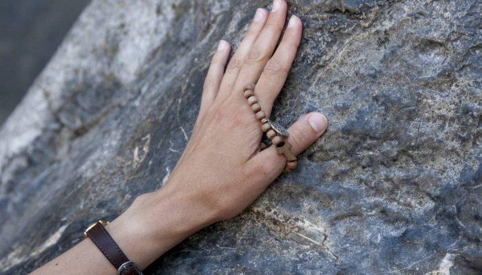 main chapelet rocher grotte